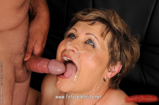 Женщине старой кончают рот в