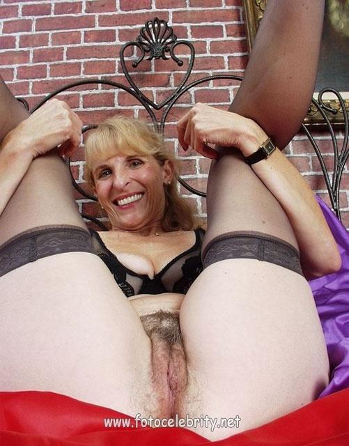 Старые женщины показывают стриптиз