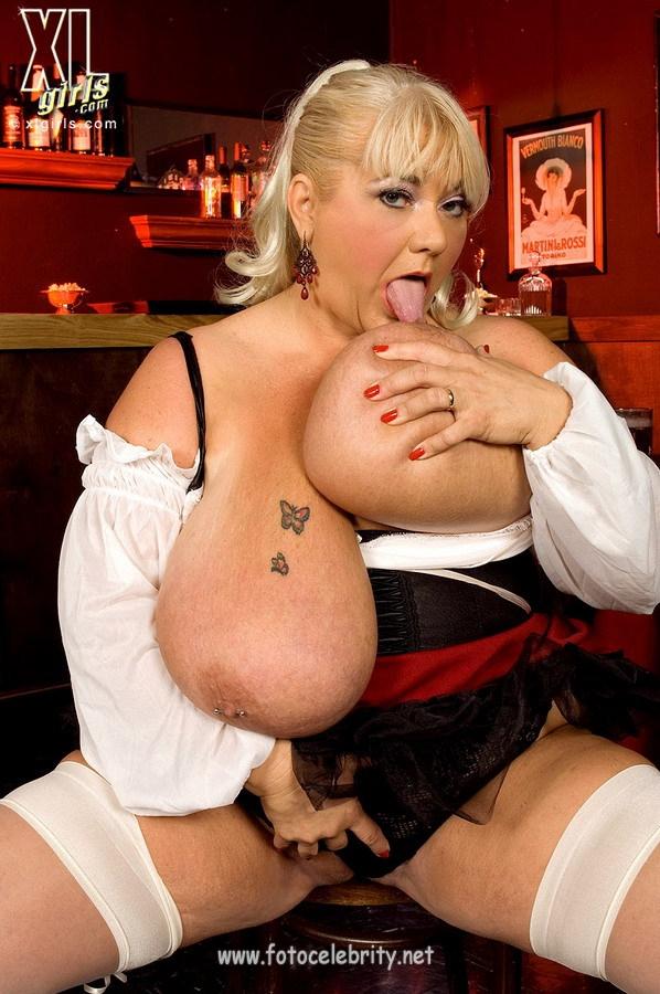Сисястые барменши порно фото