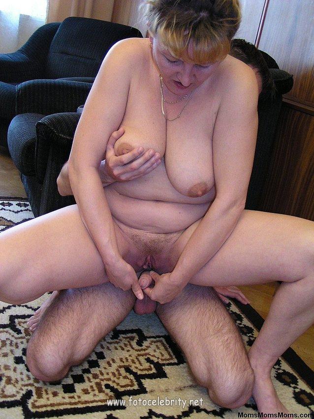 Мама с дочкой синхронно мастурбируют на диване