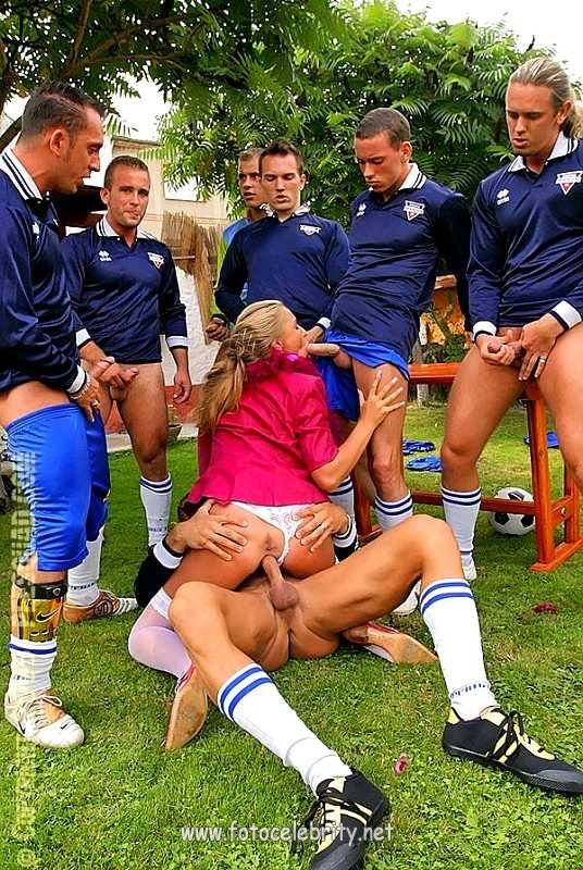 Порно фанаты после футбола сосет