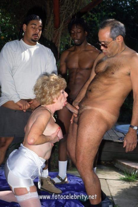 Женщинами пожилыми межрассовый с секс